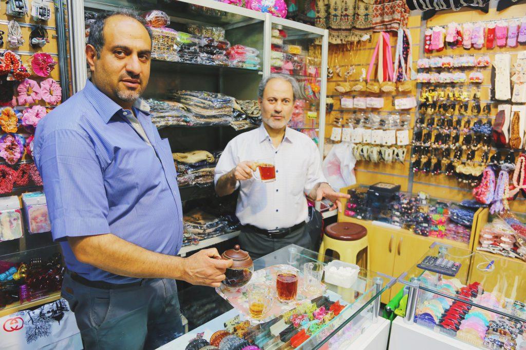 テヘランのバザールを歩いていたら、手招きされ紅茶をごちそうに。